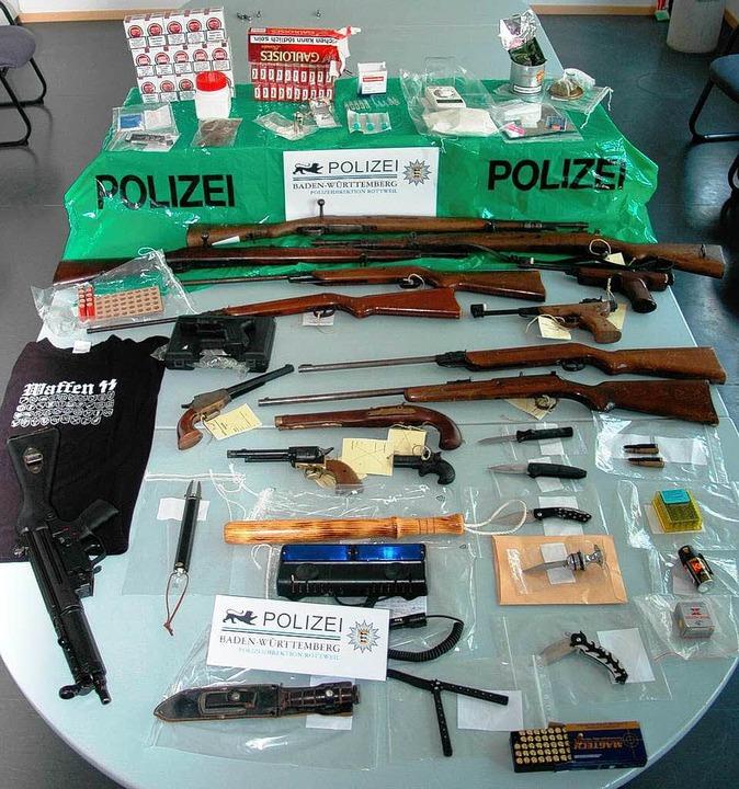 Das gefundene Waffenarsenal  | Foto: dpa
