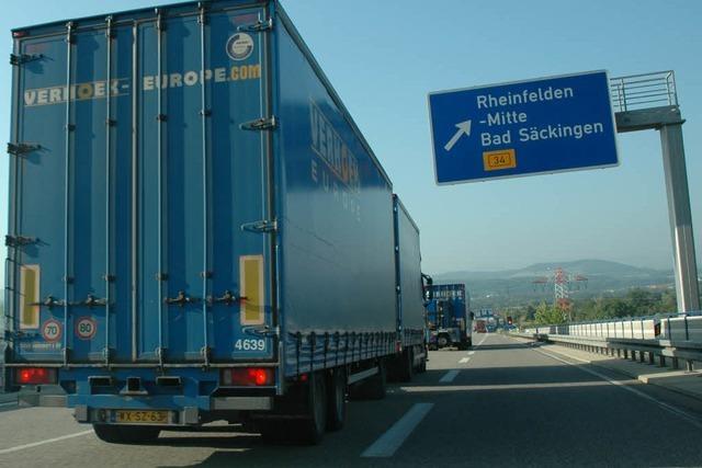 Lkw-Stau erreicht wegen des Nationalfeiertags Rekordlänge