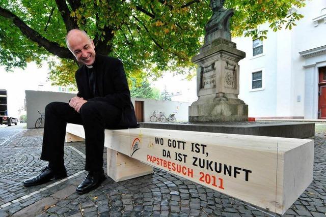 Papst-Pilger sitzen auf einer Bank aus Schwarzwälder Tannenholz