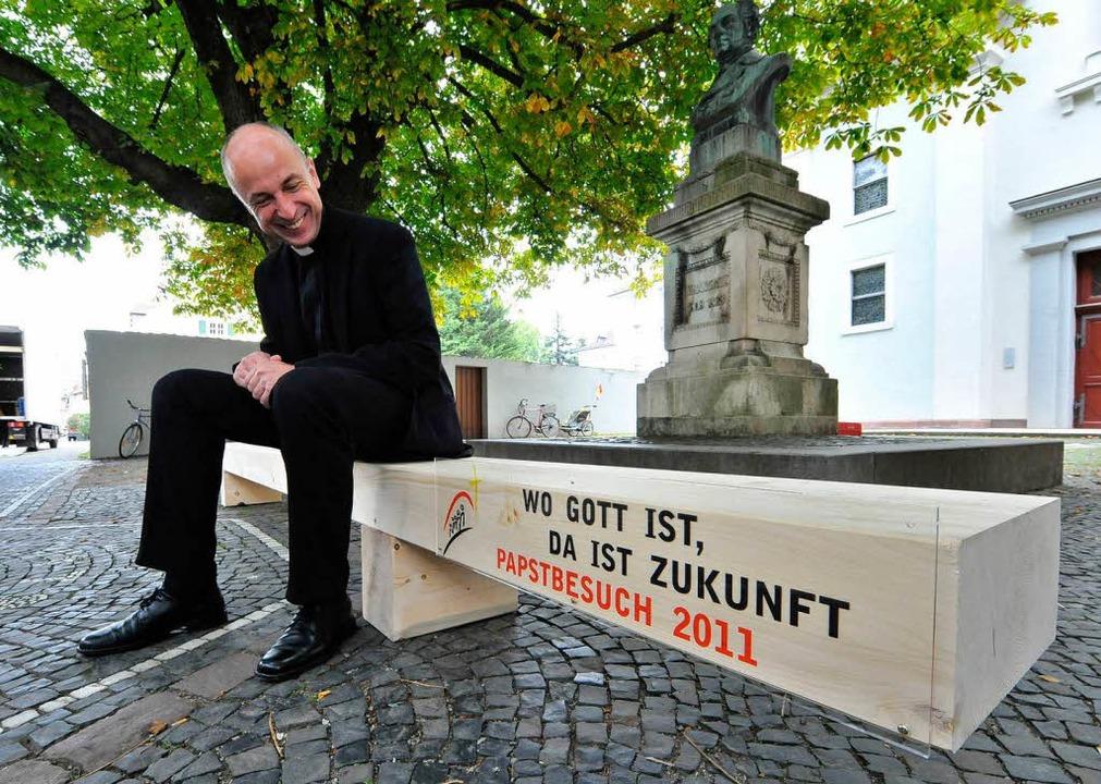 Nachhaltiges Sitzen: Domkapitular Pete..., testet die Papstbank aus Tannenholz.    Foto: Michael Bamberger