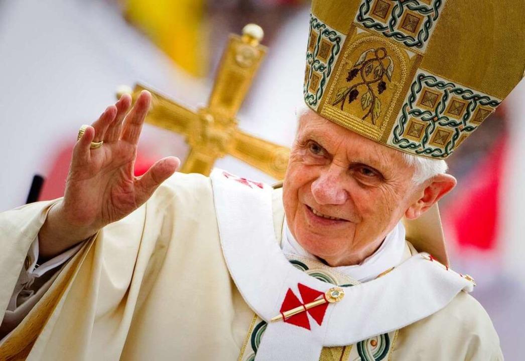 Benedikt XVI. macht in Lahr Station auf dem Weg nach Freiburg.  | Foto: dpa