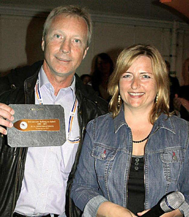 Skiclub-Vorsitzende Tanja Kleiser-Schw...or Walter Hofer eine Erinnerungstafel.  | Foto: Dieter Maurer