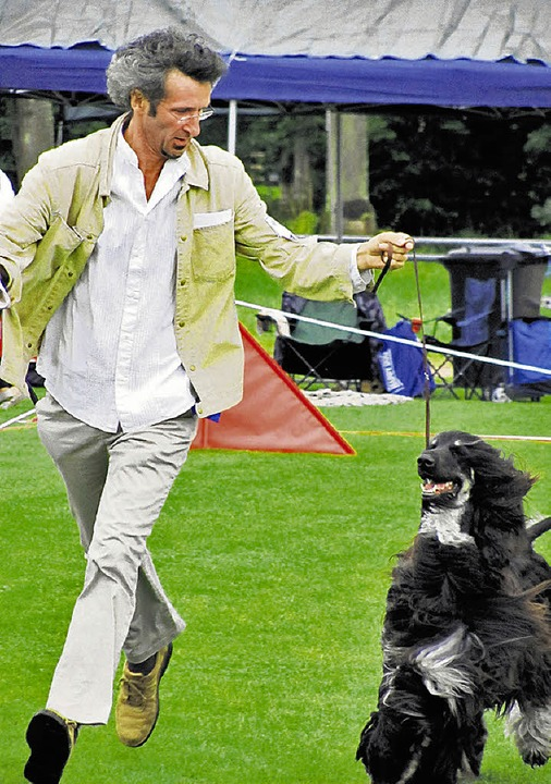 Hund und Herrchen zeigt, wie sportlich sie sind.   | Foto: DORER