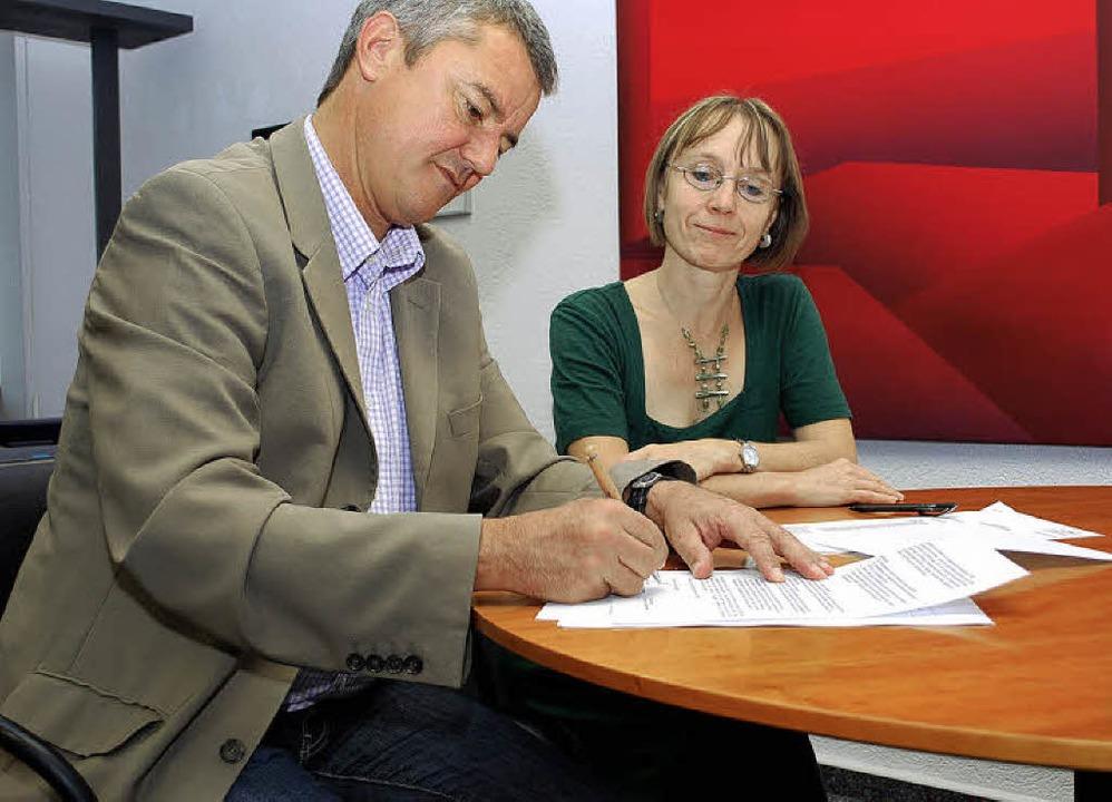 Bürgermeister Volker Kieber und Sabine...schen Tagesmütterverein und Gemeinde.   | Foto: Axel Dröber
