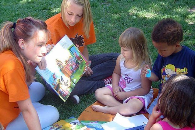 Vorleseaktion auf Spielplätzen