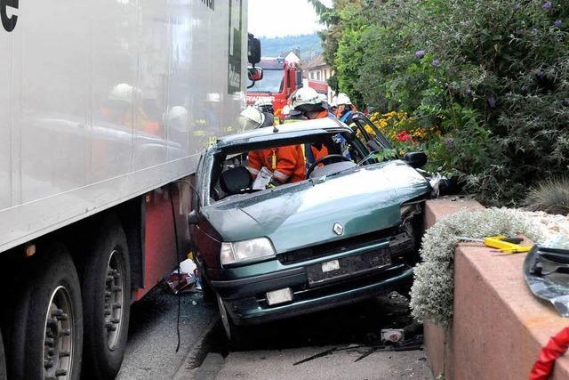 Autofahrer eingeklemmt zwischen Lkw und Mauer