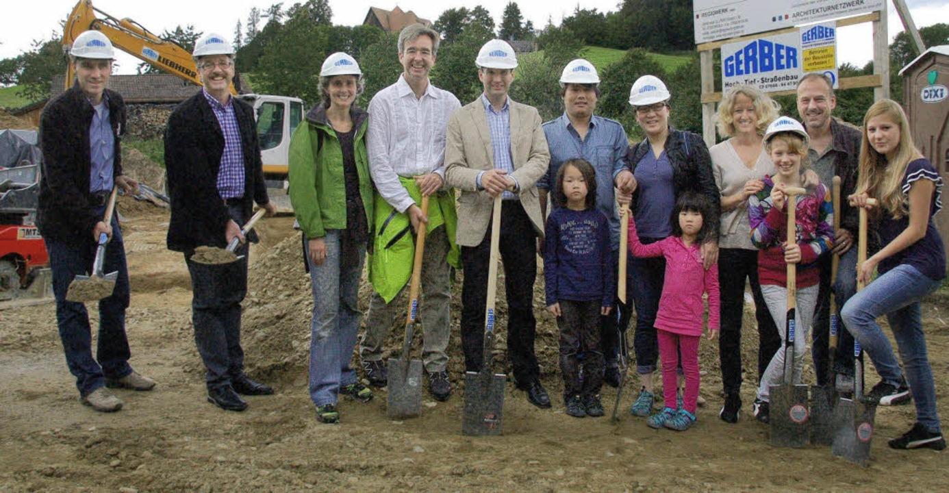 Ersten Spatenstich für das neue Baugeb...nd die Familien Li und Paul-Zimmermann  | Foto: Tanja Bury