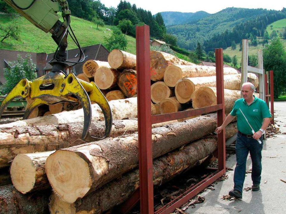 Das Holz, aus denen die Bänke hergestellt werden, lagert bereits im Sägewerk.  | Foto: Manfred Lange