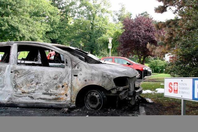 Schon wieder brennen Caritas-Fahrzeuge