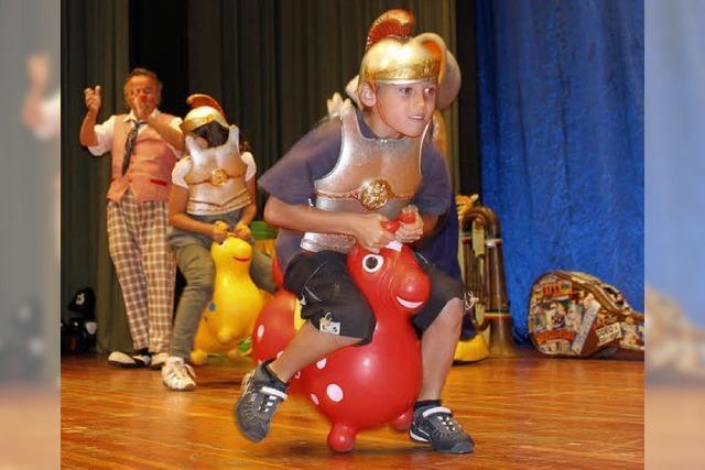 Clown Peppino bietet Kindern Spiel, Spaß, Spannung