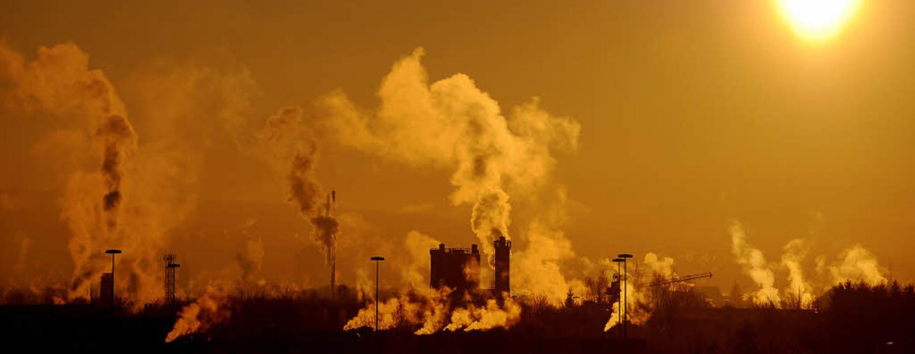 Rauchende Schlote: Der Ausstoß einer T...erzeit im Emissionshandel 12,30 Euro.   | Foto: dpa