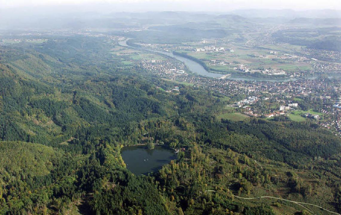 Der fünf Hektar große Bergsee bei Bad Säckingen (im Hintergrund) aus der Luft.    Foto: Erich meyer