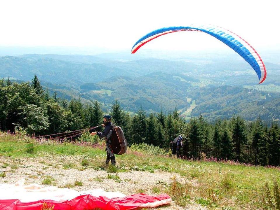 Unten im Tal sieht  man sie bei schöne...gipfel starten sie,  die Paraglider.    | Foto: Leisingere