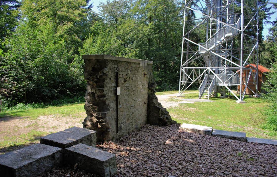 Eine neue Mauer erinnert mit alten Steinen an die alte Einsiedelei.  | Foto: Axel Dröber