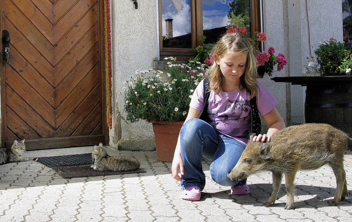 Lisa Sattler und ihr Wildschweinchen Luna   | Foto: Schütz