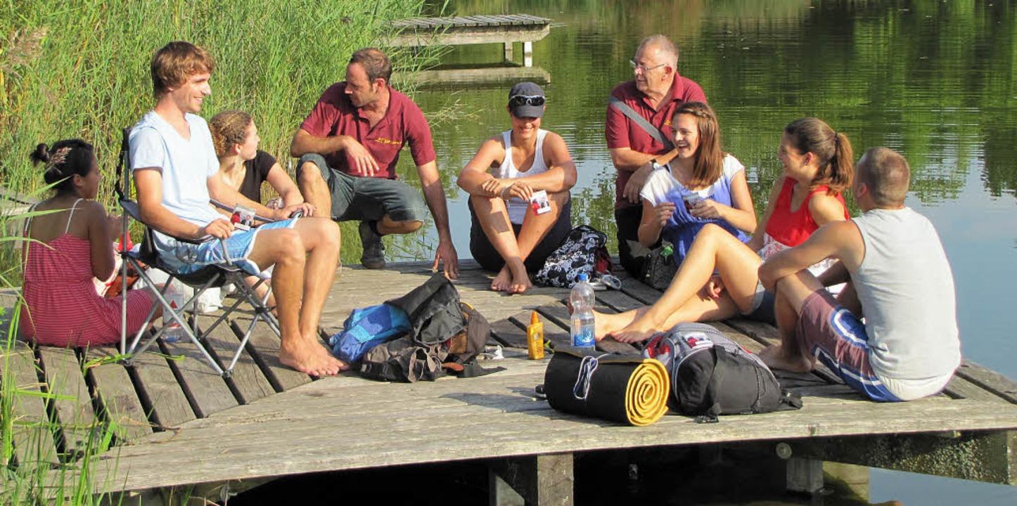Das SIP-Team, erkennbar am weinroten S...spräch mit jungen Leuten am Grüttsee.   | Foto: Sabine Ehrentreich