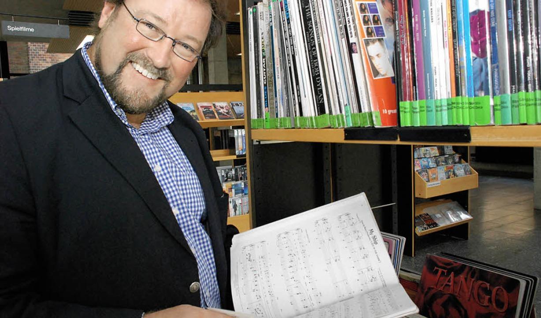 Für Kulturchef Simon Moser ist die Ein...bibliothek eine Herzensangelegenheit.     Foto: gertrude siefke