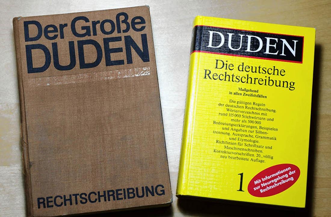 Zwei Duden, links die Ausgabe aus Leip...amtdeutsche Ausgabe aus dem Jahr 1991   | Foto: dpa