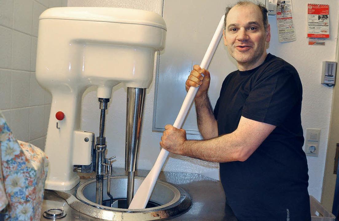 Mit einem Riesenschaber wird das Eis a...latti hat in diesen Tagen gut zu tun.     Foto: Elisabeth Willers