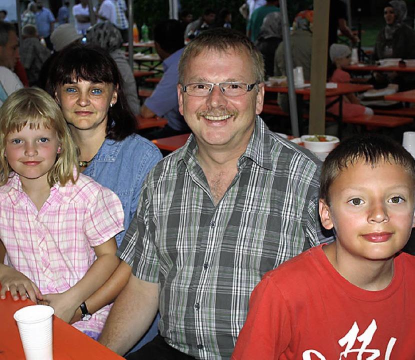 Gerald und Diana Kienzler mit Tanja (8...) genossen den multikulturellen Abend.  | Foto: Gudrun Deinzer