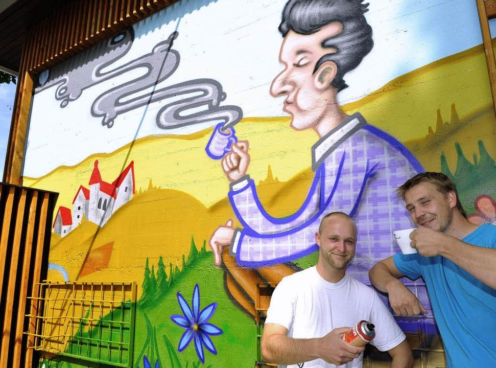 Fabian Bielefeld (rechts) und Michael ...platz auf die Wand aufgebracht haben.   | Foto: Rita Eggstein
