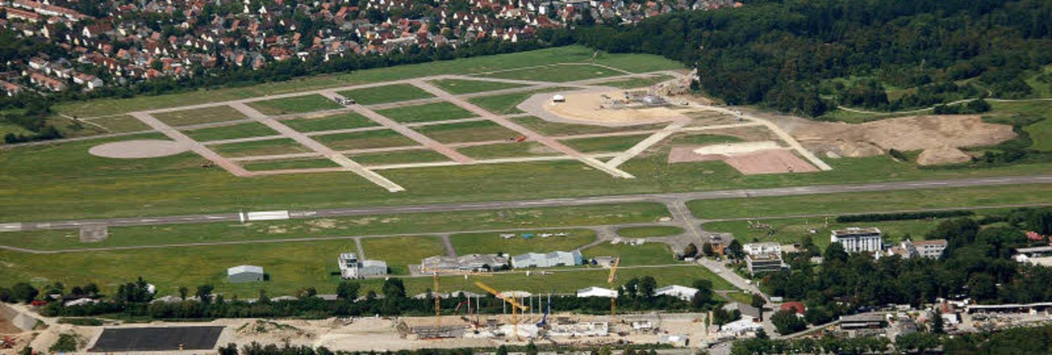 Bauen für den Papstbesuch auf dem Flug...en wächst er gen Himmel (Bild unten).   | Foto: Sasse/Bamberger