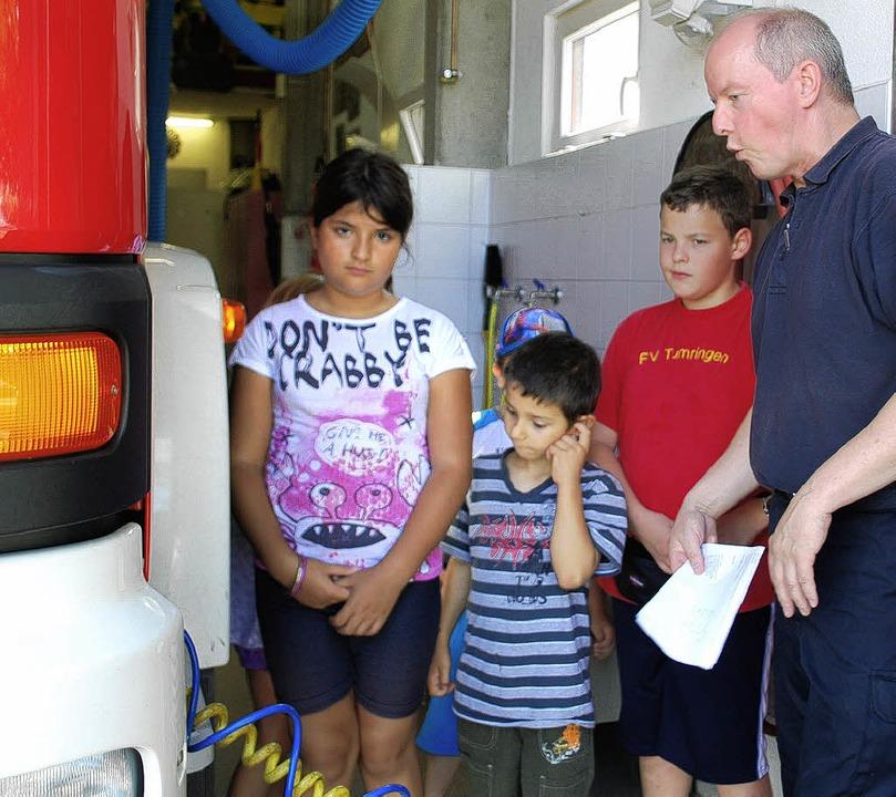 Erst wurde das Feuerwehrauto erklärt, ...nder auch im Führerhaus Platz nehmen.   | Foto: Thomas Loisl MInk