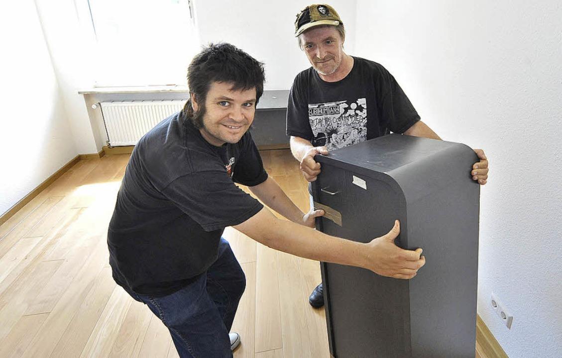 """Uli Herrmann (rechts) und Michael Seif...g """"Freie Bürger"""" Hand an.     Foto: Michael Bamberger"""