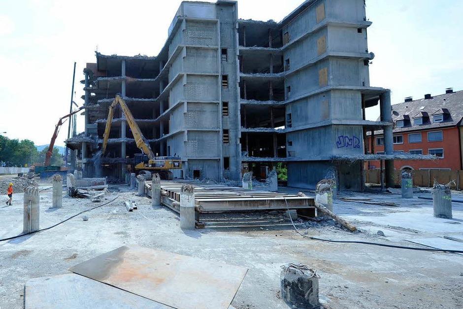Mehr und mehr wird vom Skelett der UB abgetragen. Bagger mit Abrisszangen machen sich an dem Gebäude zu schaffen. (Foto: Michael Bamberger)