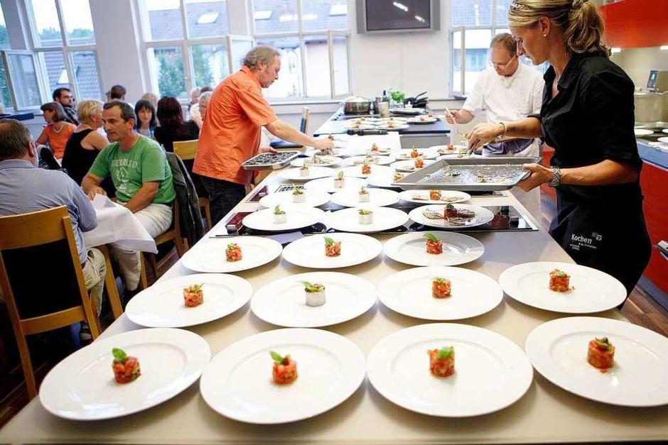 Die Vorspeise wird vorbereitet: Tomaten-Tatar mit Seesaiblingfilet im Schinkenmantel und Röstkartoffeln. (Foto: Christoph Breithaupt)