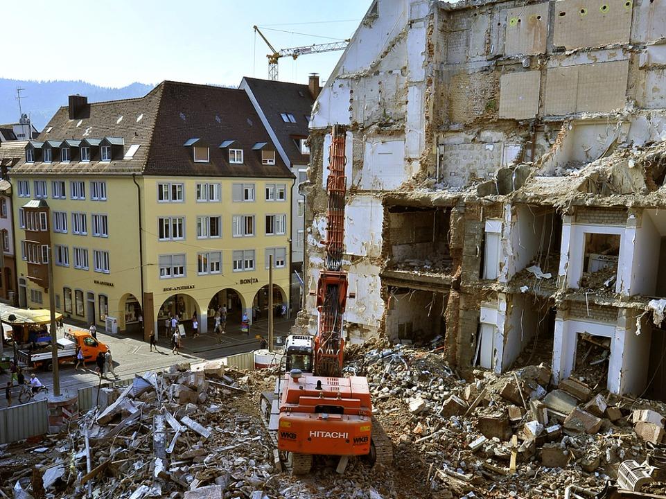 Nur der Treppenhausschacht stützt noch das Nebengebäude.  | Foto: Michael Bamberger