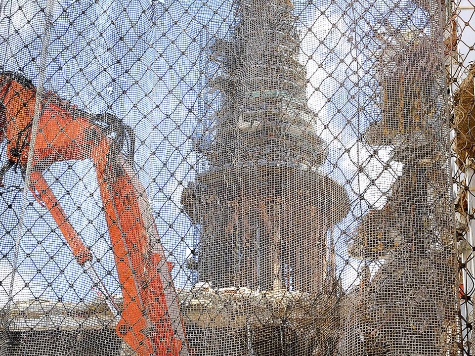 Ein Netz, das von einem Autokran hochg...ser-Joseph-Straße geschleudert wurden.  | Foto: Thomas Kunz