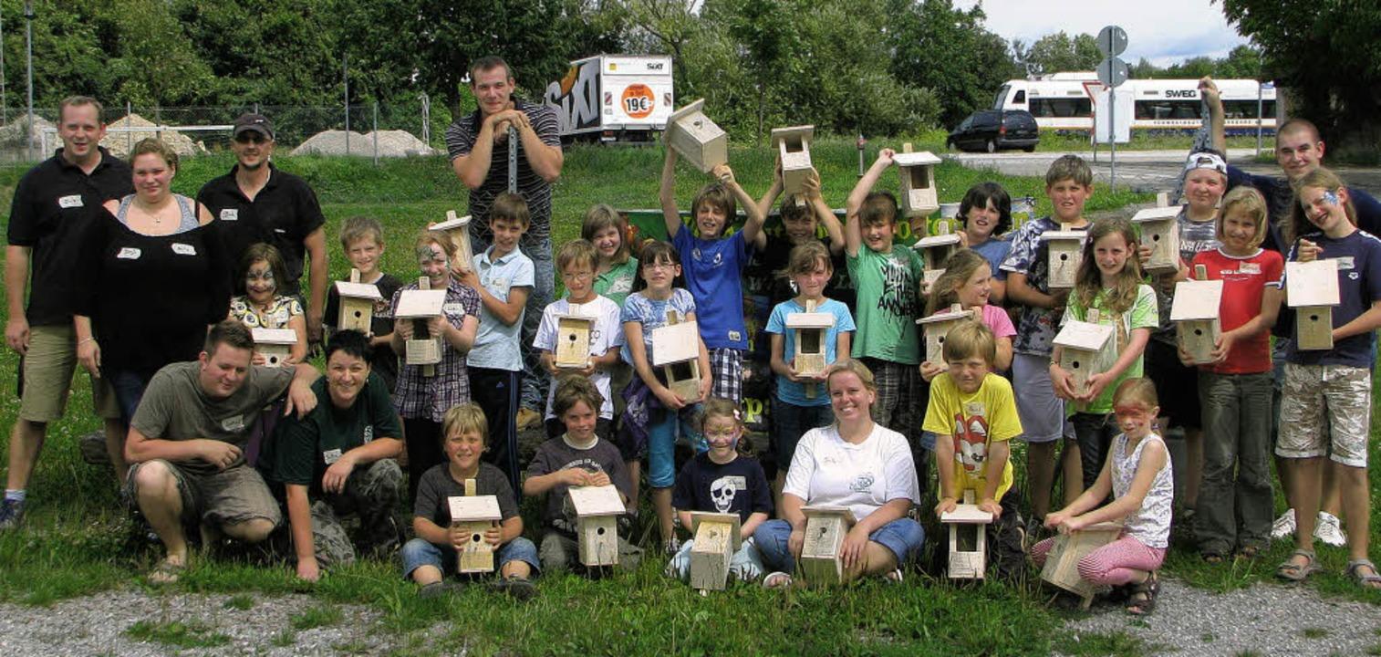 23 Kinder, Jungen wie Mädchen, bauten ...ttenheimer Narrenzunft Vogelhäuschen.   | Foto: privat