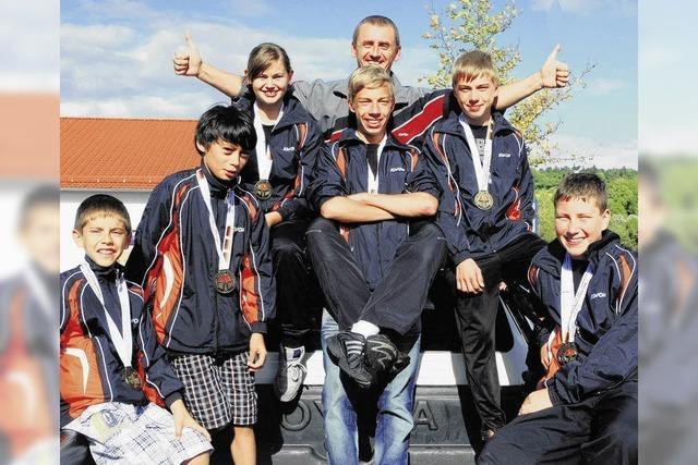 Junge Kickboxer räumen Titel und Medaillen ab