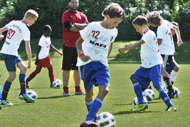 Füchsletage beim SC Freiburg: Profis trainieren mit Kindern