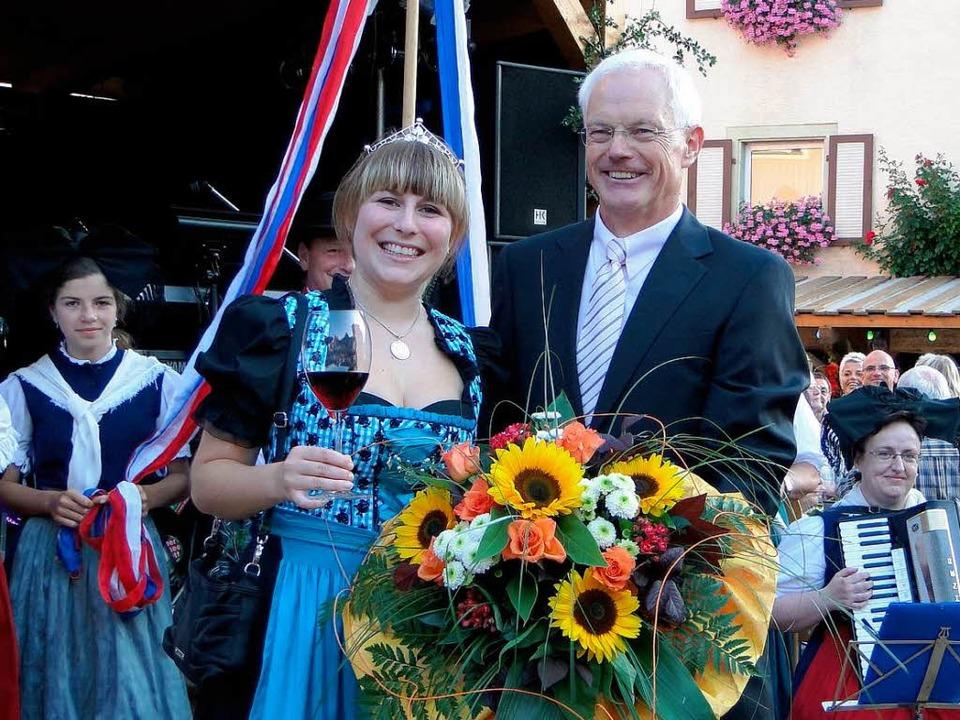 Lisa Thoma, neue Weinprinzessin für Ka...dingen mit Bürgermeister Eckart Escher    Foto: Ines Süßle