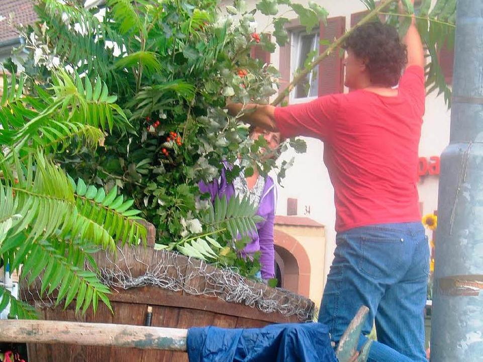 Den Nachmittag nutzten felißige Helfer...Schmuck der Höfe und Gassen zu sorgen.