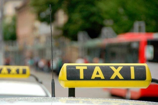 Taxifahrer sperrt Frau in den Kofferraum