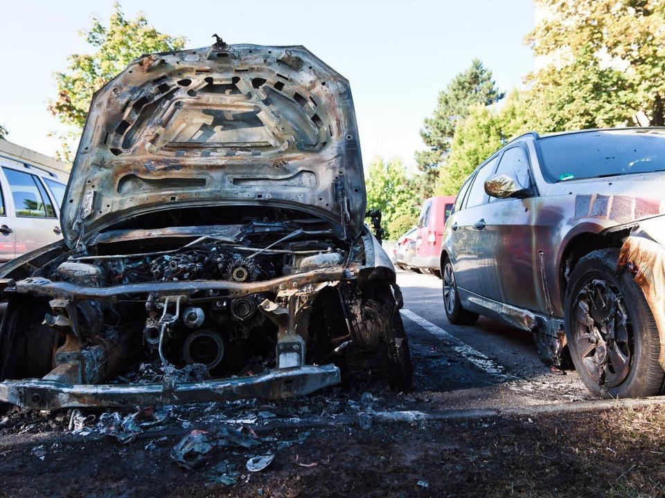 Autowracks auf dem Parkplatz des Regie...ie Polizei geht von Brandstiftung aus.  | Foto: Dominic Rock