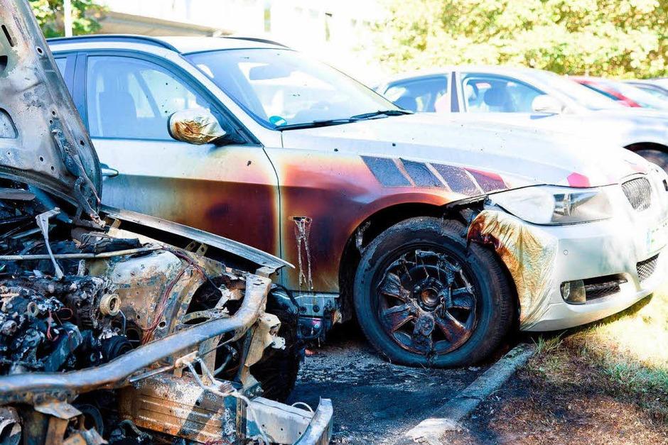Hoher Schaden auf dem Parkplatz des Regierungspräsidiums: Zwei Autos wurden abgefackelt, ein weiteres beschädigt. (Foto: Dominic Rock)