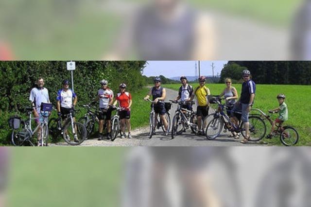 Einheimische und Feriengäste in zwei Gruppen per Fahrrad auf Tour