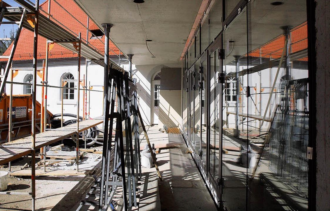 Die alte Schule wird zum Bürgerhaus. D...ftiges Museum, hat schon ihre Fenster.  | Foto: Michael haberer