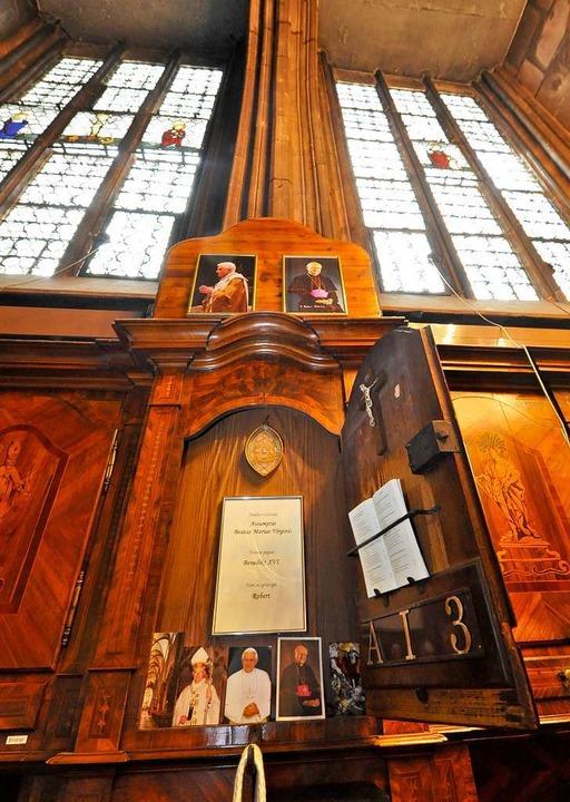 Bilder von Papst und Erzbischof in der Münstersakristei.  | Foto: Michael Bamberger