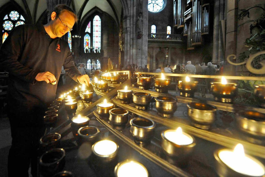Die Mesner kümmern sich auch um die Kerzen im Münster.  | Foto: Michael Bamberger