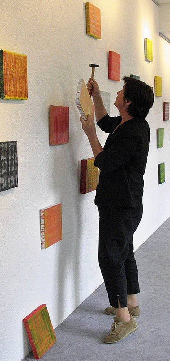 Grit Schumacher hängt in der Salzstraße 16 ihre Bilder auf (2006).   | Foto: Martina Seiler