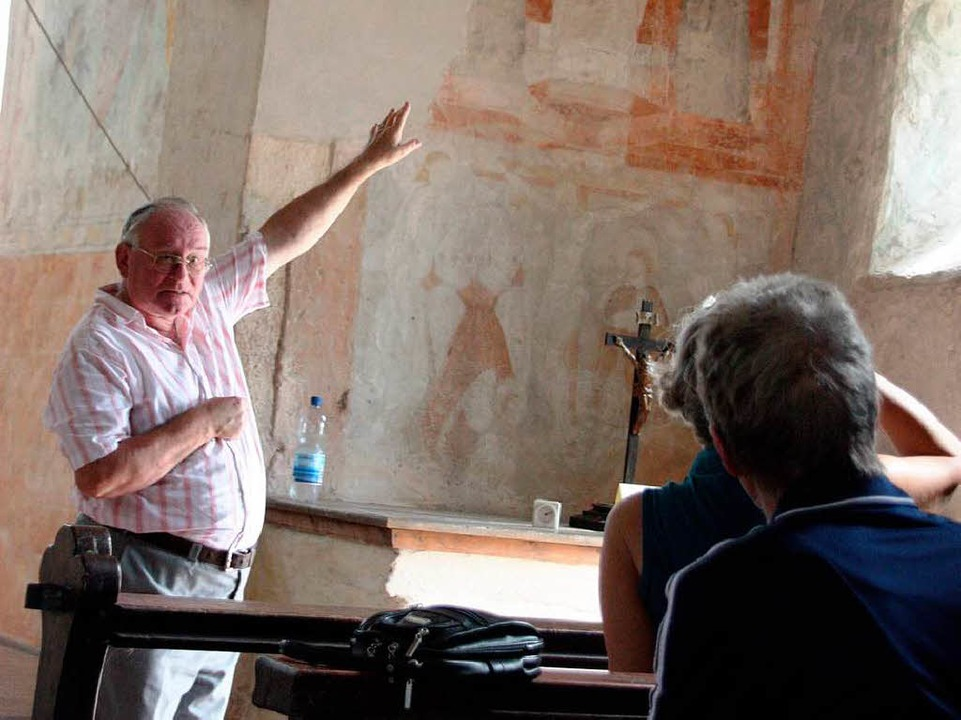 Ernst Heim erklärte den Besuchern die Fresken in der Kapelle.  | Foto: Christine Aniol