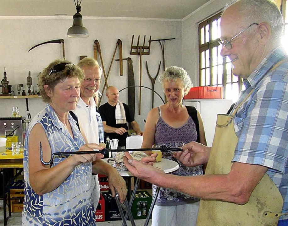 Kunstvolle Ergebnisse der Schmiedevorführungen (rechts: Franz Schitterer)  | Foto: Ingrid Arndt