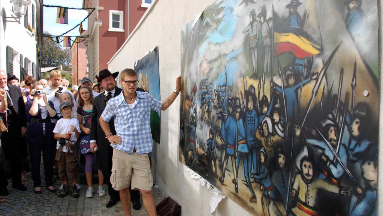 Hannes Kramer erläutert nach der Enthü...in Wandbild zur Schlacht bei Kandern.   | Foto: Ralf burgmaier