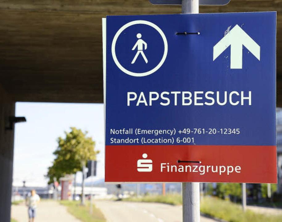 Die ersten Schilder hängen: Diese blau...mber, einen Gottesdienst halten wird.   | Foto: Ingo Schneider
