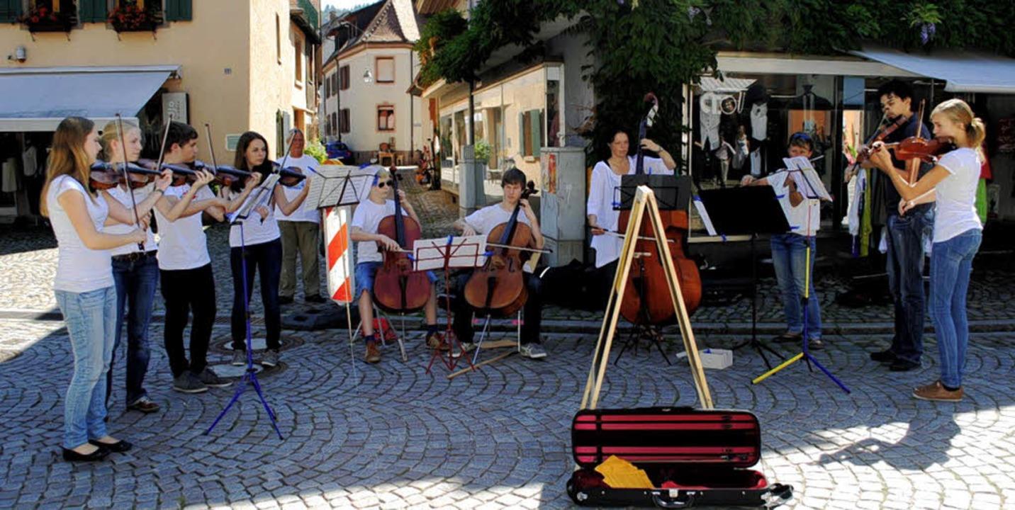 Stadt-Streicher: Mitglieder des Faust-...e-Orchesters beim Straßenmusikkonzert.  | Foto: Friederike Zimmermann